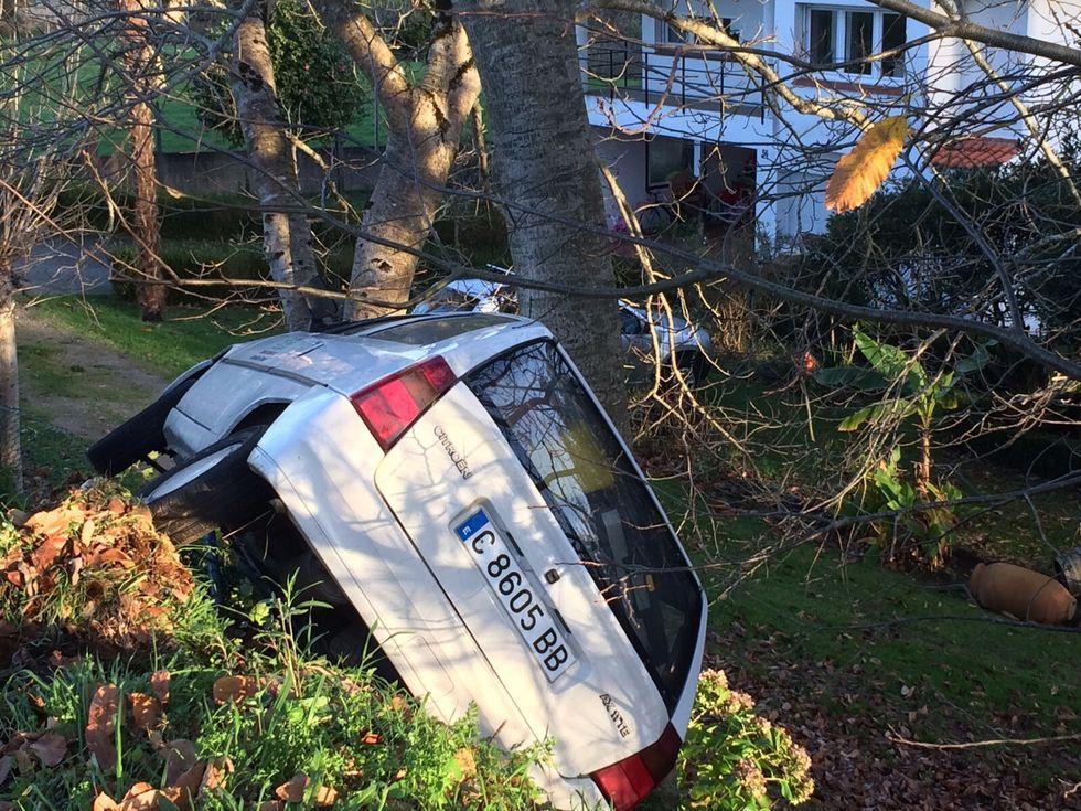 .El coche quedó atrapado en a unos árboles de la N-VI.