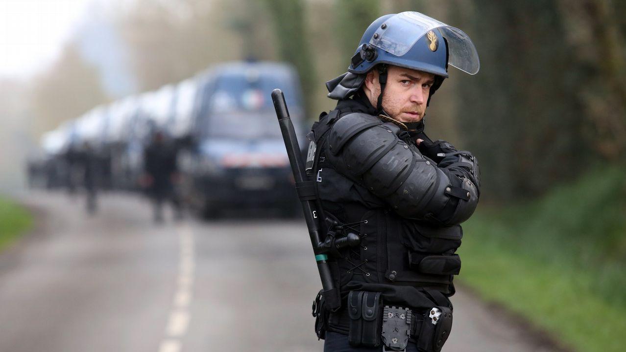 Un gendarme toma posición antes de enfrentamientos entre activistas y policías en la conocida como ZAD (Zona a Defender) en Notre-Dame-des-Landes, donde se producen disturbios a causa del desalojo de un campamento de activistas