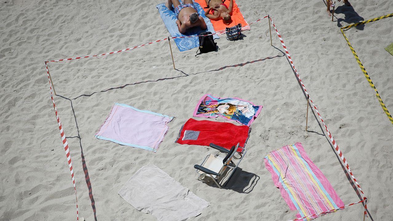 .Los bañistas tuvieron que convivir hoy con las parcelas hechas en las playas de Riazor y Orzán, en A Coruña, para la noche de San Juan.