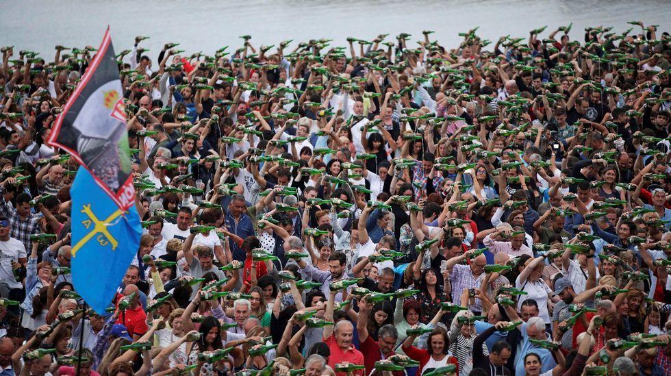 Un momento del tradicional «Echar un culín» donde se ha logrado la participación de mas de 9400 personas durante la XXVII edición de la Fiesta de la Sidra Natural de Gijón, consiguiendo un nuevo record mundial de escanciado simultáneo de la tradicional bebida asturiana