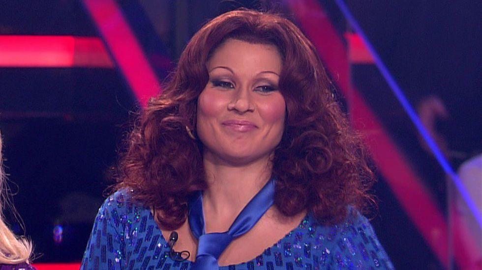 Rosa López y Verónica Romero imitan a ABBA.En sentido de las agujas del reloj, Nacho Carballo, Jaime de Linaje, Gonzalo de Pedro y Jorge Rivero