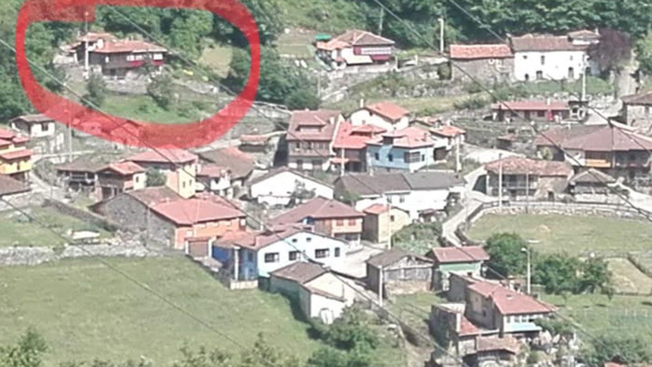 Rodeada en rojo, una de las casas arrasadas por el argayu en La Cortina