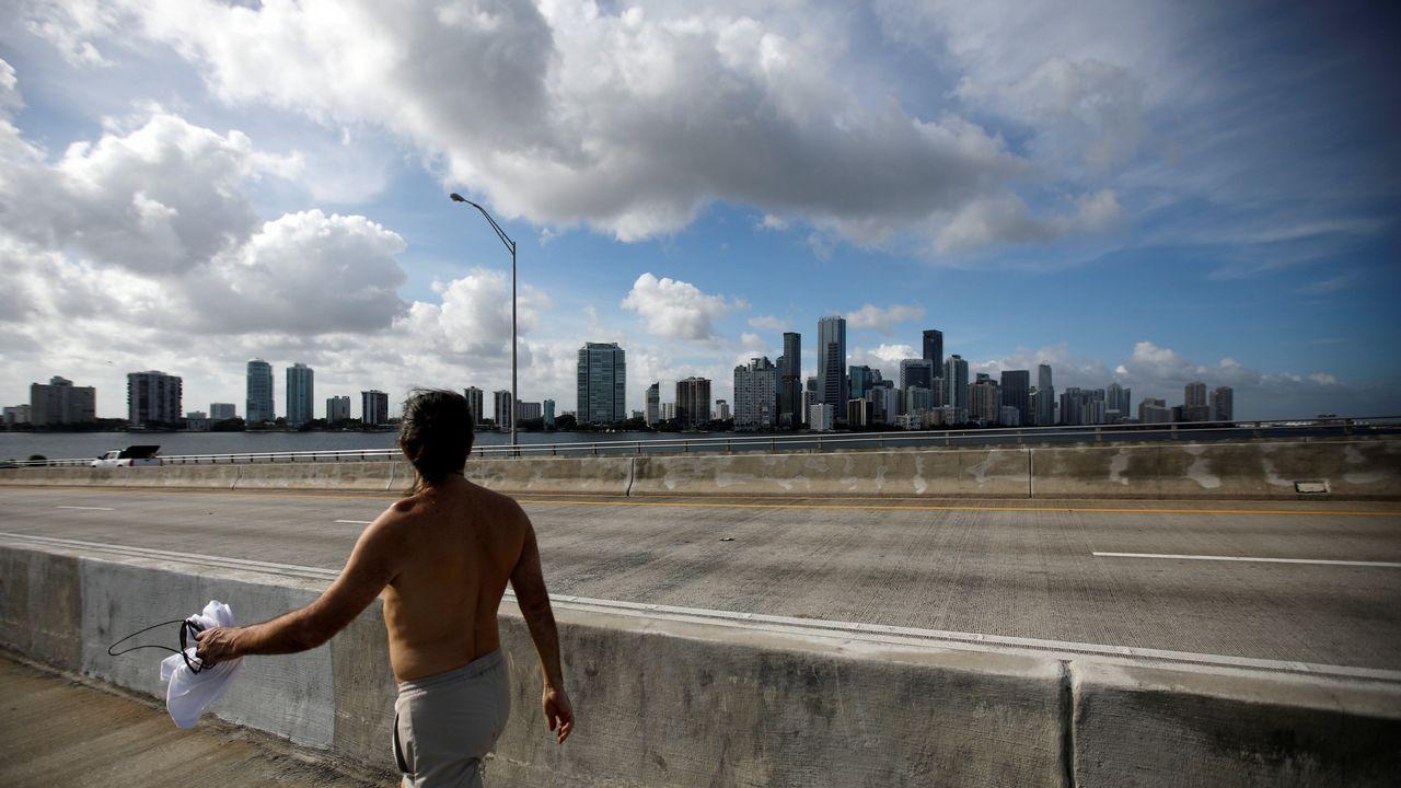 Un residente de Miami pasea por un puente de la ciudad antes de la llegada del huracán.