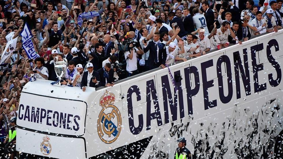 El madridismo enloquece con la duodécima del Real Madrid.Bufanda de Real Oviedo WFC en el Millennium Stadium de Cardiff