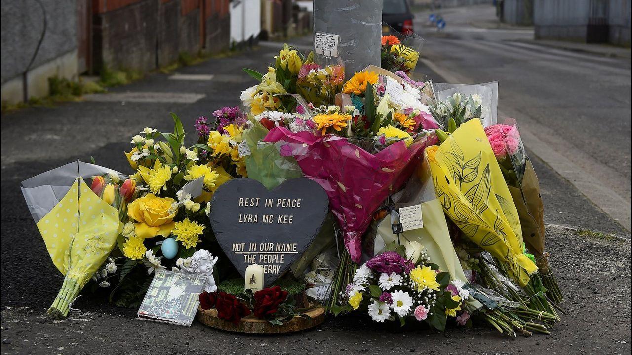 Flores y velas en el lugar donde mataron a Lyra McKee en Londonderry