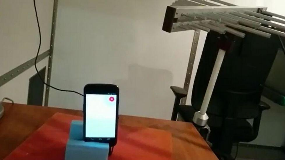 Los hackers pueden acceder a un móvil desde una distancia de cinco metros a través del asistente de voz