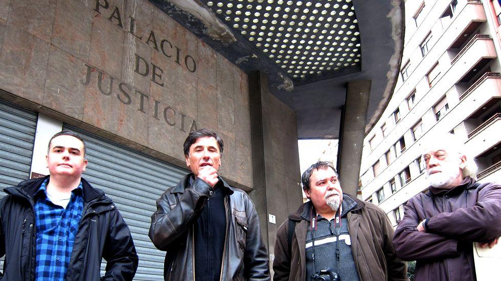 Enrique López, segundo por la izquierda, en su visita a los antiguos juzgados de Gijón