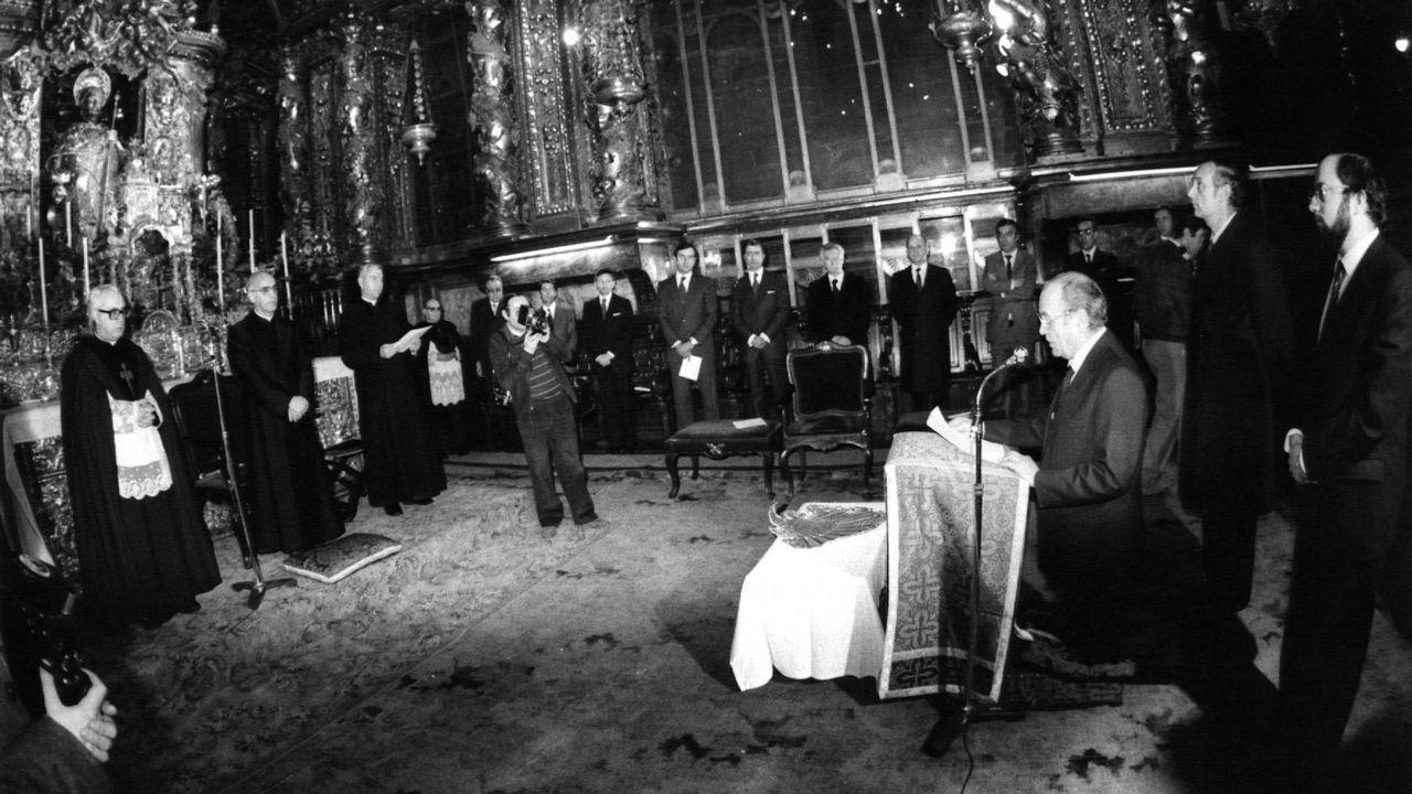 .Albor lee un discurso en el 1982 acompañado por José Manuel Romay Beccaría y José Luis Barreiro Rivas durante la peregrinación de la Xunta a la Catedral tras el juramento del cargo