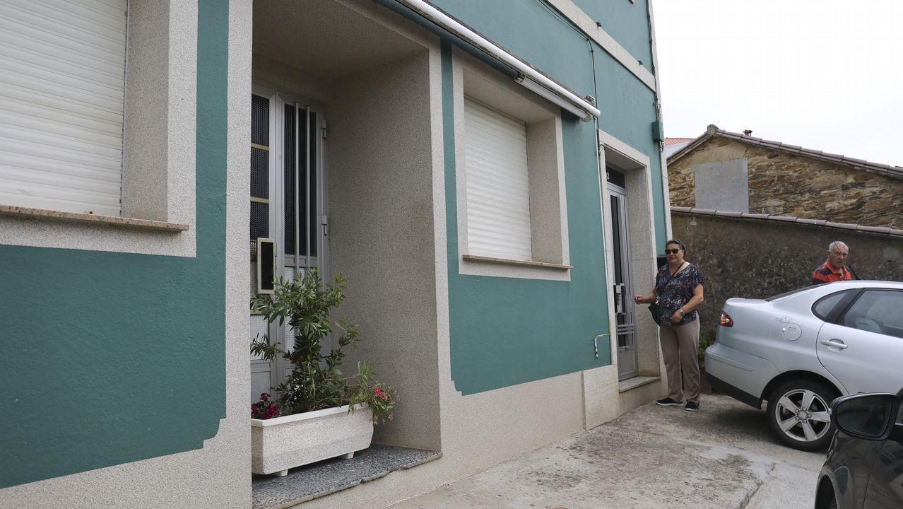 Así está ahora la puerta del que era el bar O Tere. Pilar, la propietaria, ha tenido que poner una jardinera en la puerta porque los vecinos mantenían la costumbre de entrar