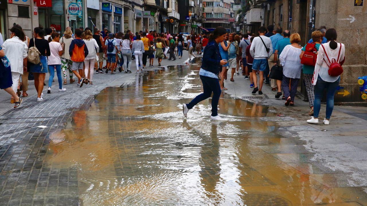 Rotura de una tubería de agua en la Plaza de la Peregrina.