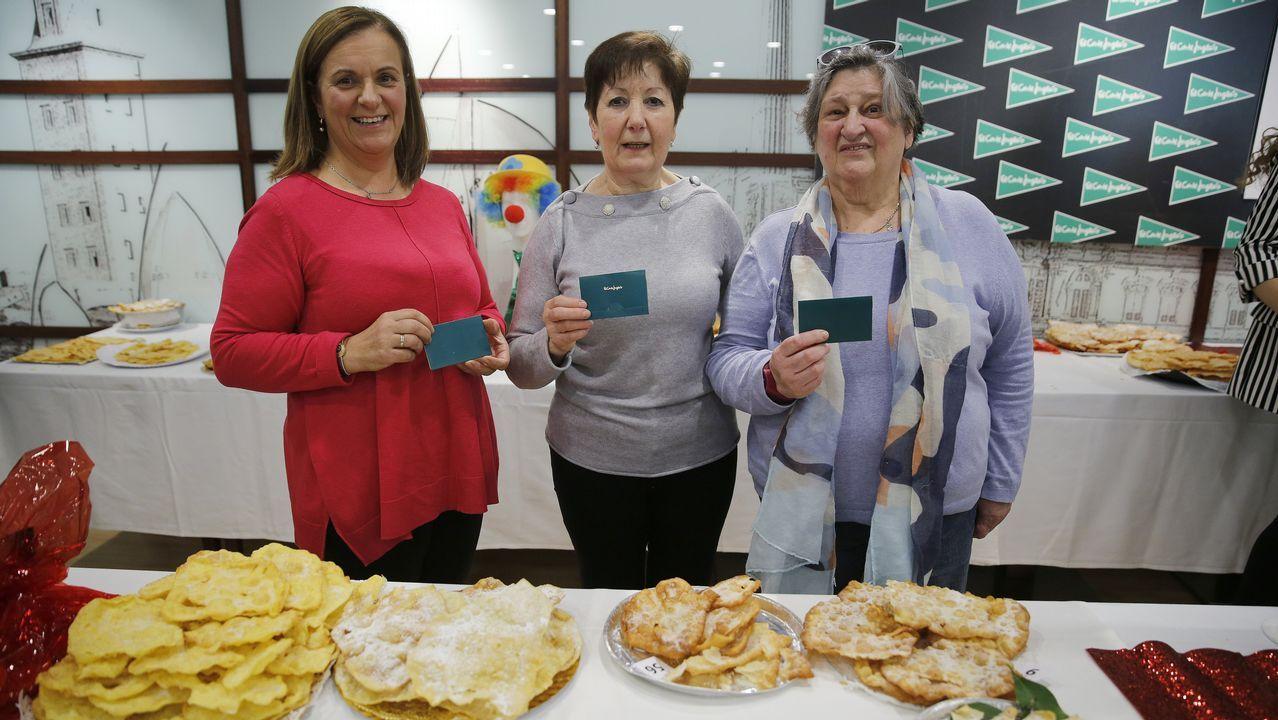 En el centro, la ganadora del concurso, María del Carmen López Ruiz, nacida en Sada y residente en A Pasaxe, acompañada de la segunda clasificada, Manuela Patiño, de Porto do Son (a la derecha), y la tercera, María Luisa Pombo, de Uxes (a la izquierda)