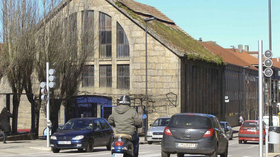 Operarios en la sede de Naturgy en A Coruña, retirando las letras del MAC (Museo de Arte Contemporáneo)