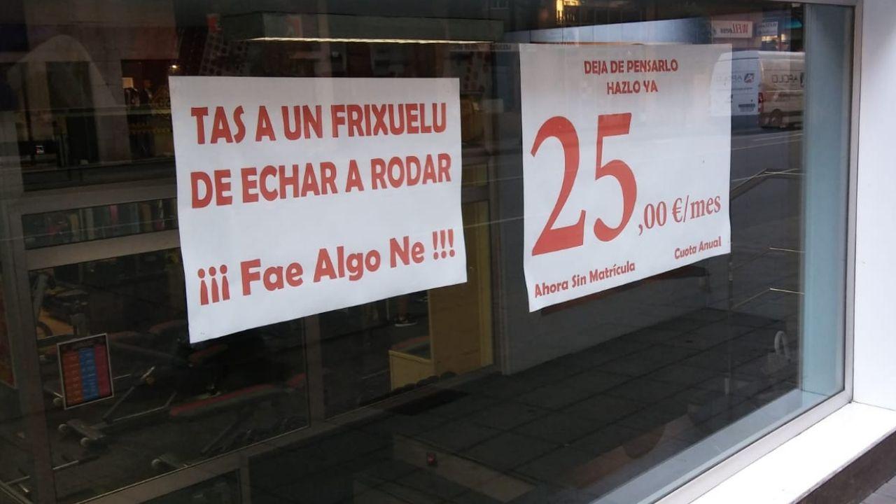 Cartel de promoción de un gimnasio en Gijón.El cartel promocional