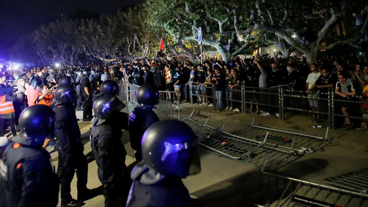 Turbulento aniversario del 1-O.Los cerca de 5.000 «mossos» que se manifestaron por el centro de Barcelona se cruzaron aplausos con sus compañeros de la jefatura de la Policía Nacional