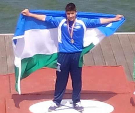 .Xoel, en el podio con la bandera focense tras coronarse campeón.