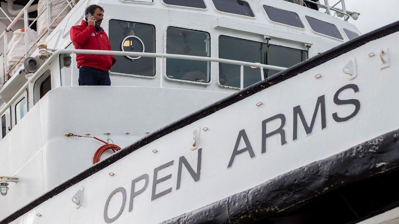 El fundador de la ONG Open Arms, Oscar Camps , habla por teléfono, tras recibir el despacho enviado por el Ministerio de Fomento a través de la Capitanía Marítima de Barcelona