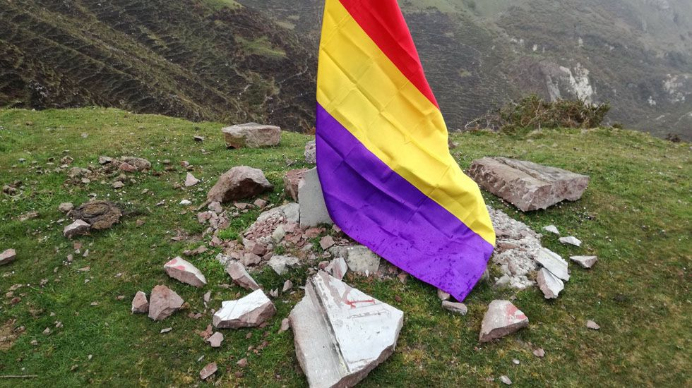 Visita de Angela Merkel a España para reunirse con Pedro Sánchez.El monolito de El Mazucu, destrozado, cubierto por una bandera republicana