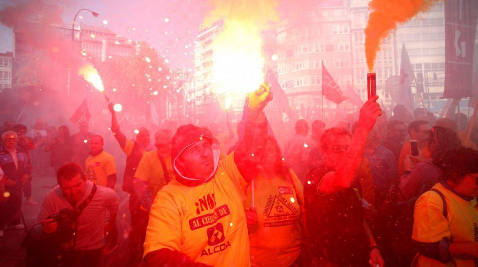 Manifestación convocada por el comité de empresa de Alcoa para protestar contra el anuncio de cierre de esta planta y de otra más en Avilés (Asturias)