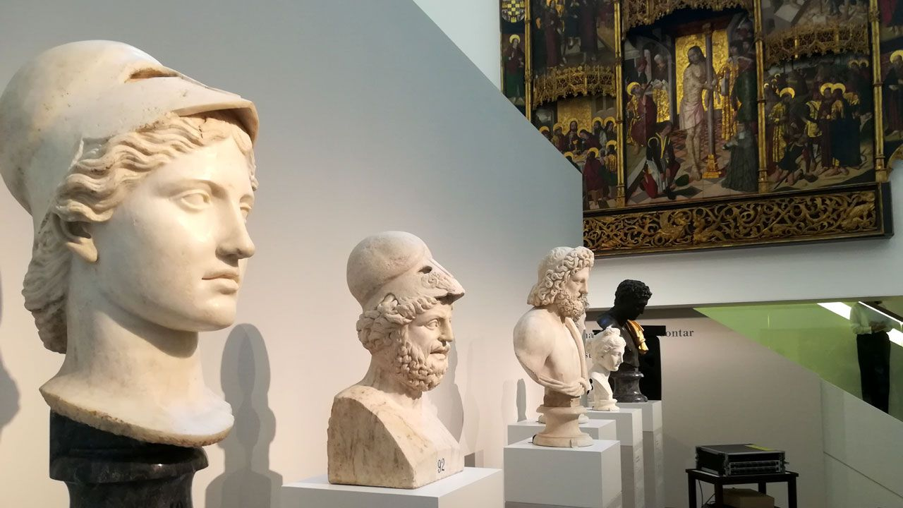 Bustos de deidades grecorromanas ante el 'Retablo de la Flagelación'