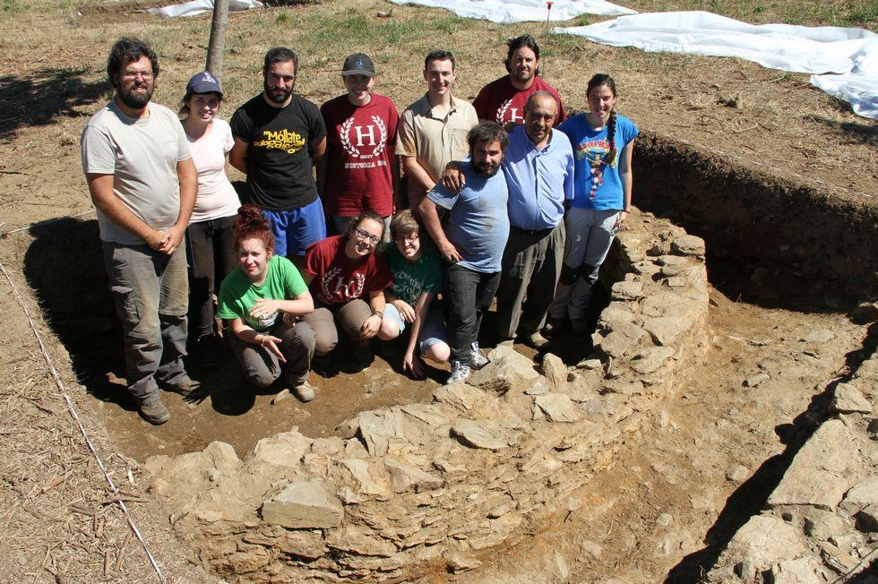 Puesta de sol en Punta Cabalo.Imaxe dos participantes nas catas e a vivenda descuberta.