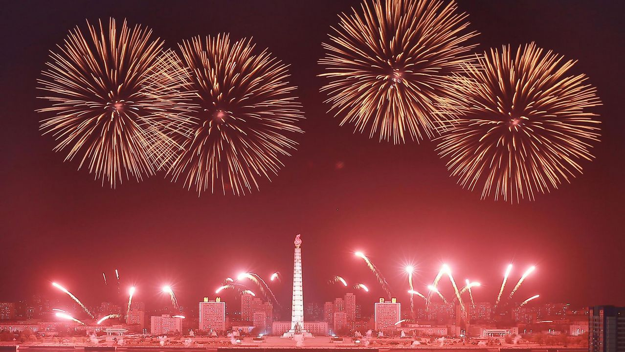 Fuegos artificiales en Corea del Norte para conmemorar el 106 aniversario de Kim Il-Sung