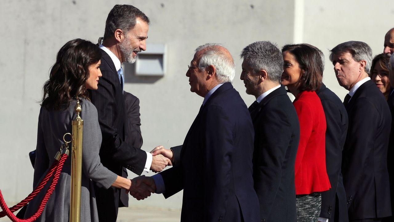 Los reyes Felipe y Letizia saludan a los ministros de Exteriores, Josep Borrel,l y de Interior, Fernando Grande-Marlaska, entre otros, en el aeropuerto de Madrid Barajas Adolfo Suárez antes de viajar hacia Marruecos