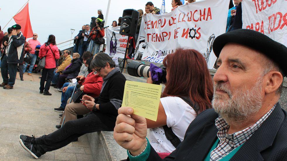 Un manifestante vendiendo «lotería anticorrupción»