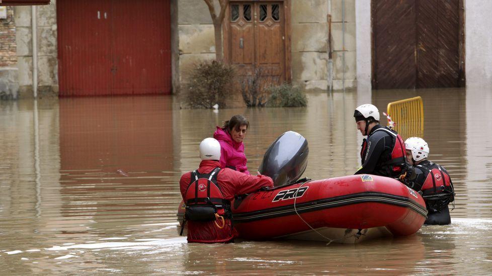 Varios vecinos de la localidad quedaron incomunicados por la crecida del Ebro