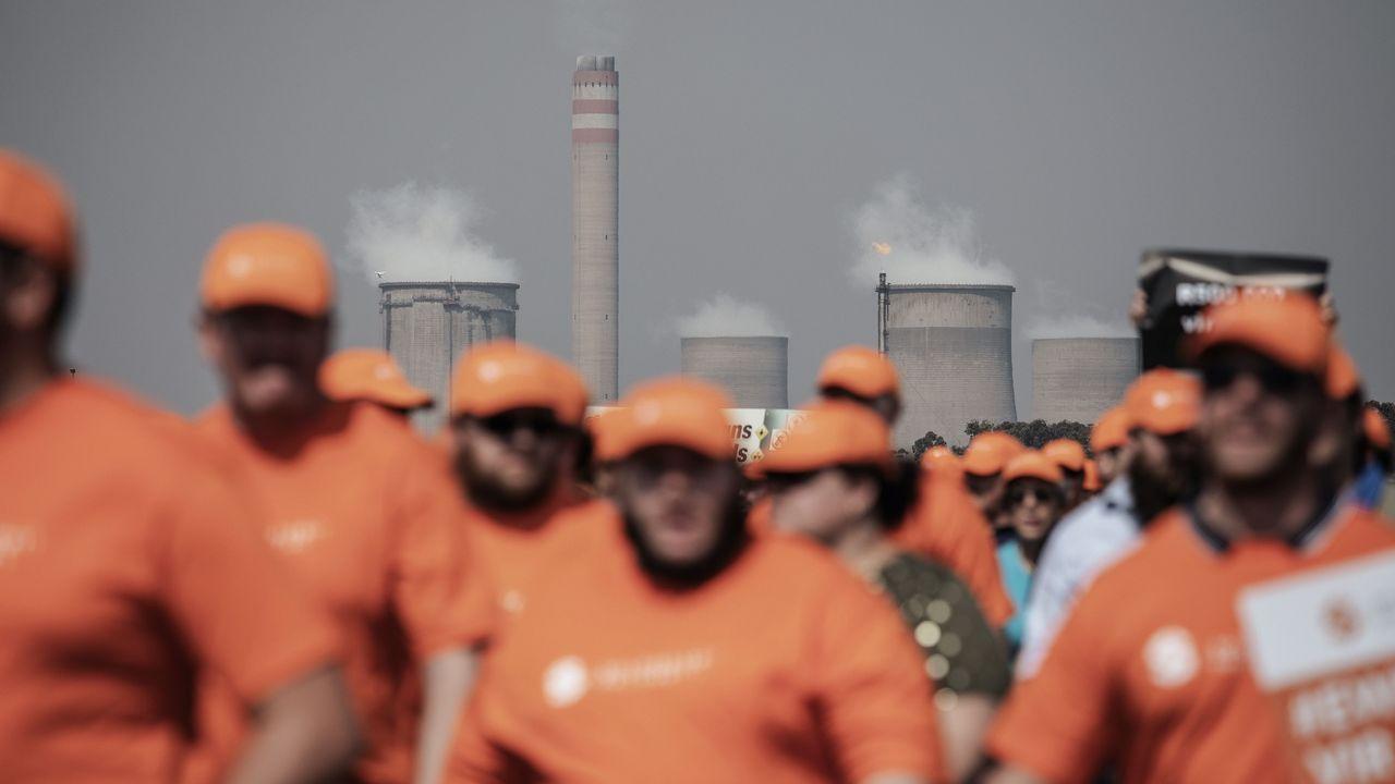 .Protesta de trabajadores en una planta de Sasol en Sudáfrica contra un plan de empoderamiento de trabajadores negros