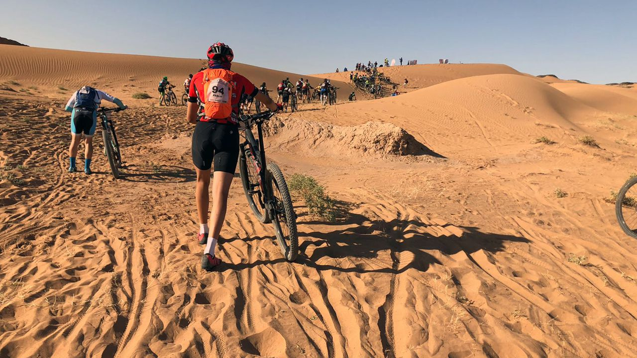 Pablo Antuña empuja su bicileta sobre la arena de Marruecos en una de las etapas de la Titan Desert