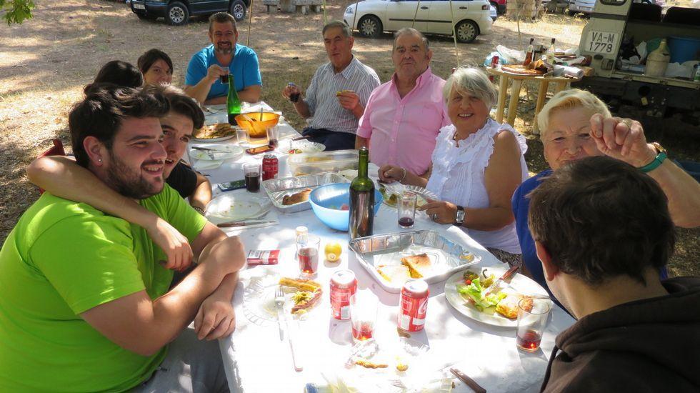 Grupos familiares y de amigos disfrutaron de una comida al aire libre en la romería de Cadeiras