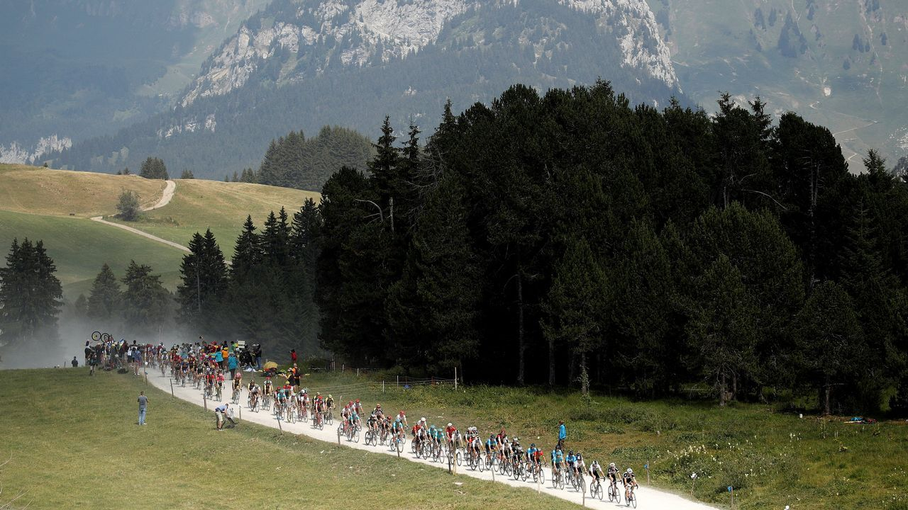 El pelotón participa en la 10ª etapa de la 105 edición del Tour de Francia, que se disputa entre Annecy y Le Grand-Bornand