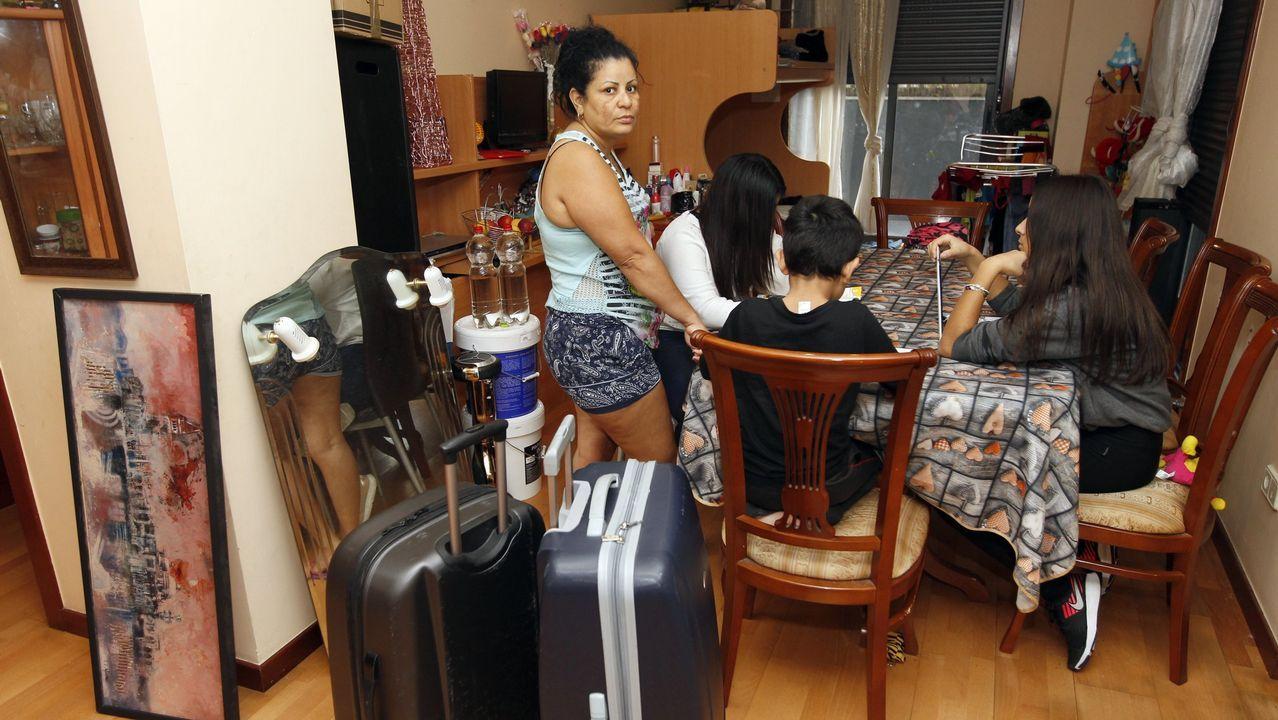Desahucio enLa Tenderina.Miembros de la PAH ayudan a vacíar el piso de la pareja desahuciada