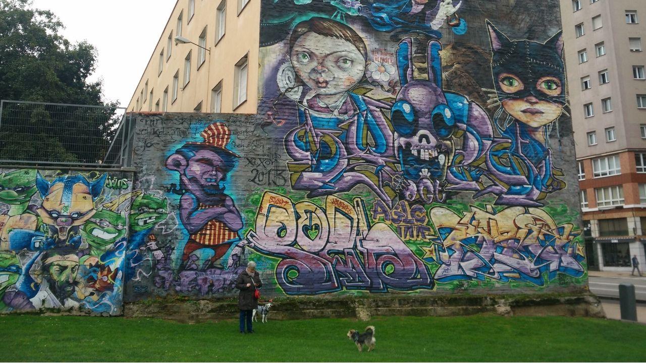 Vista aérea de La Providencia, enla costa de Gijón.Graffitis en el aparcamiento de Peritos