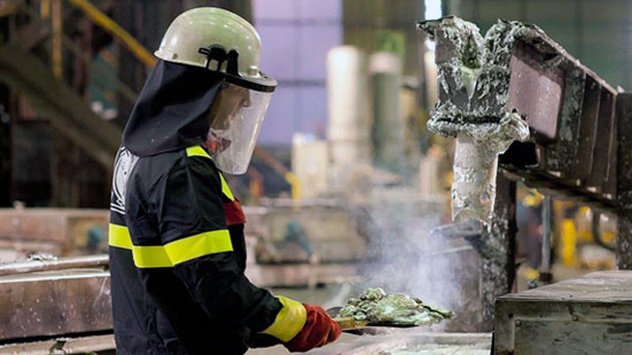 Un trabajador en la fábrica de Asturiana de Zinc (Azsa).Un trabajador en la fábrica de Asturiana de Zinc (Azsa)