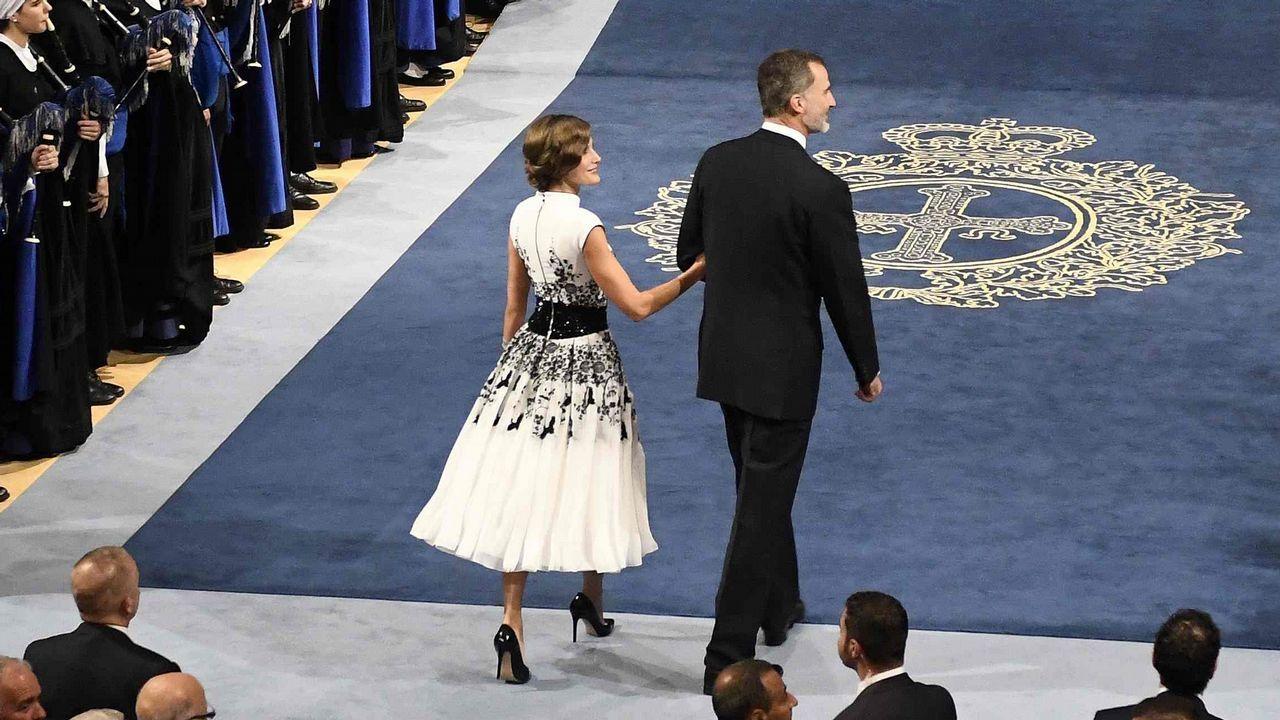 Letizia Ortiz ha vuelto a confiar en Felipe Varela para la entrega de premios Princesa de Asturias. Ha llevado un espectacular vestido en blanco y negro, con reminiscencias orientales y cuello mao.