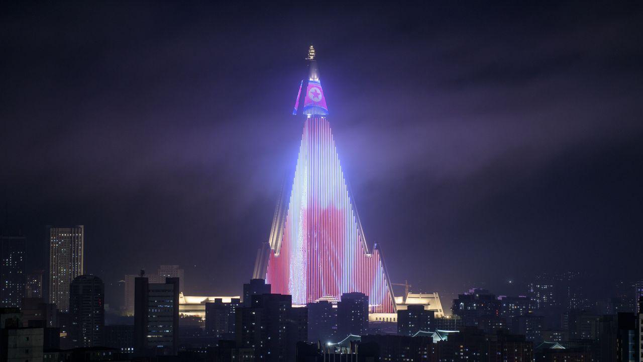 .El hotel Ryugyong, en Pyongyang, iluminado para el 70 aniversario de la fundación de Corea del Norte