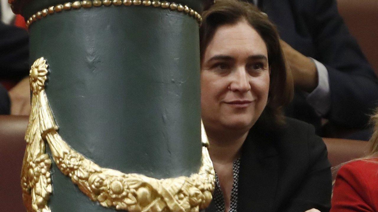 Abascal propone legalizar el uso de armas para defensa personal.La alcaldesa de Barcelona, Ada Colau, también en la tribuna de invitados.