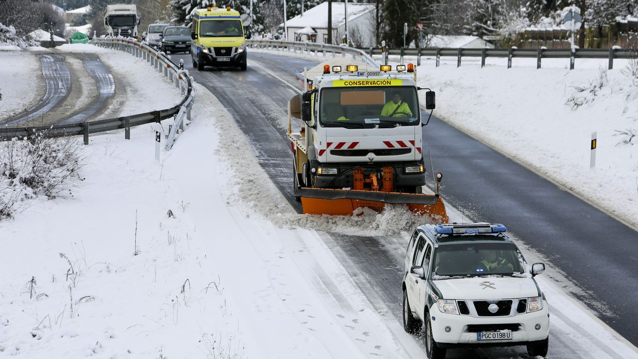 .La nieve dificulta la circulación por la N-640 a la altura del kilómetro 84 provocando grandes retenciones.