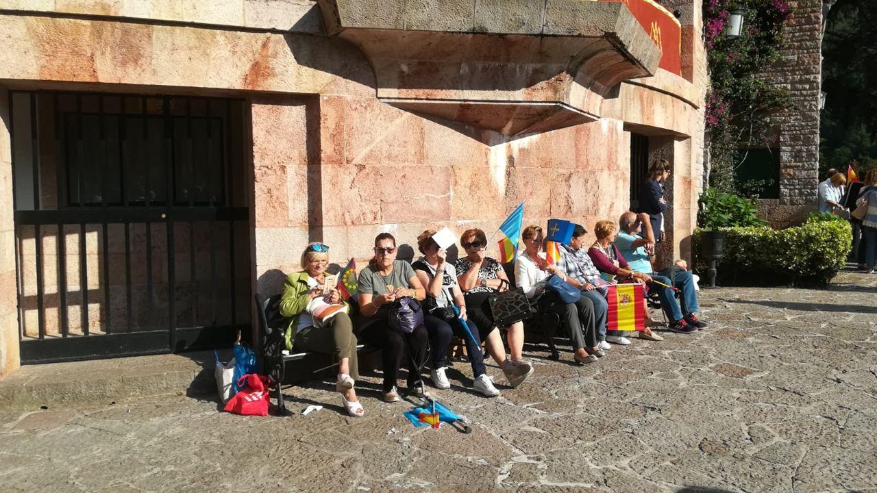 .Asturianos y curiosos se reúnen en Covadonga para celebrar el Día de Asturias a la espera de la llegada de la familia real
