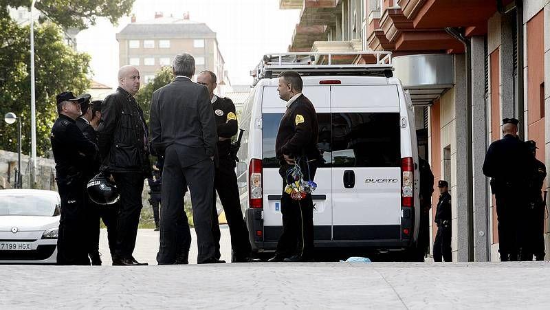 La policía entre en el edificio de A Moura.Han revisado que no quedase ningún «okupa».