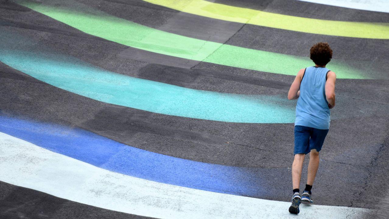 .Un corredor pasa sobre la obra del artista aleman 1010 titulada «Stream», en la orilla del río Sena, en París