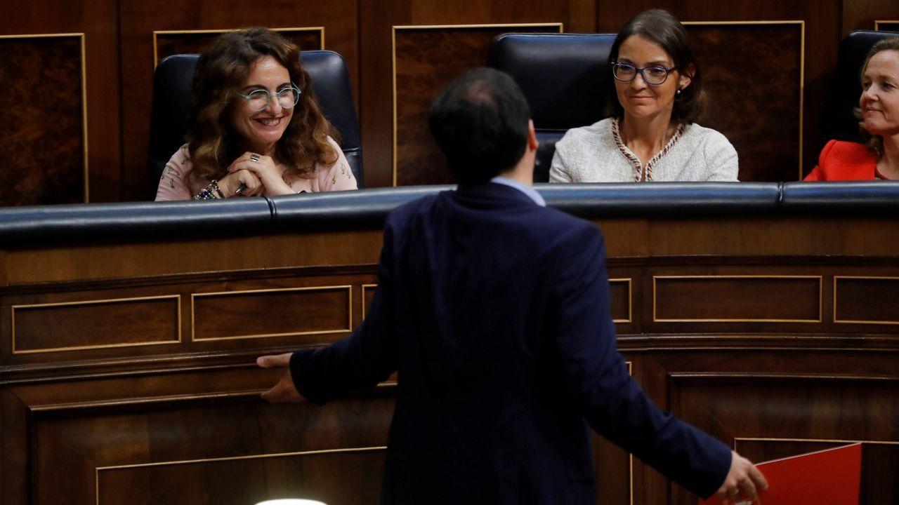 .La ministra Montero atiende a Garzón en el debate sobre el techo de gasto