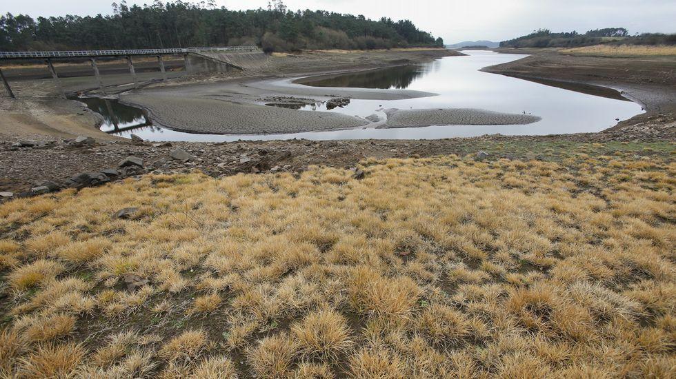 .Embalse da Fervenza en Obellido, Vimianzo-Zas, con muy poca agua.