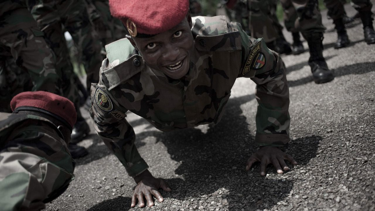 Nuevos reclutas de las Fuerzas Armadas Centroafricanas (FACA) realizan un simulacro durante una presentación del premio en Berengo