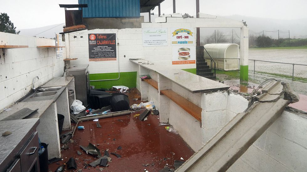 Los efectos del temporal en la Alameda de Santiago, cerrada.Efectos del temporal en el campo de fútbol de Carcacía, en Padrón