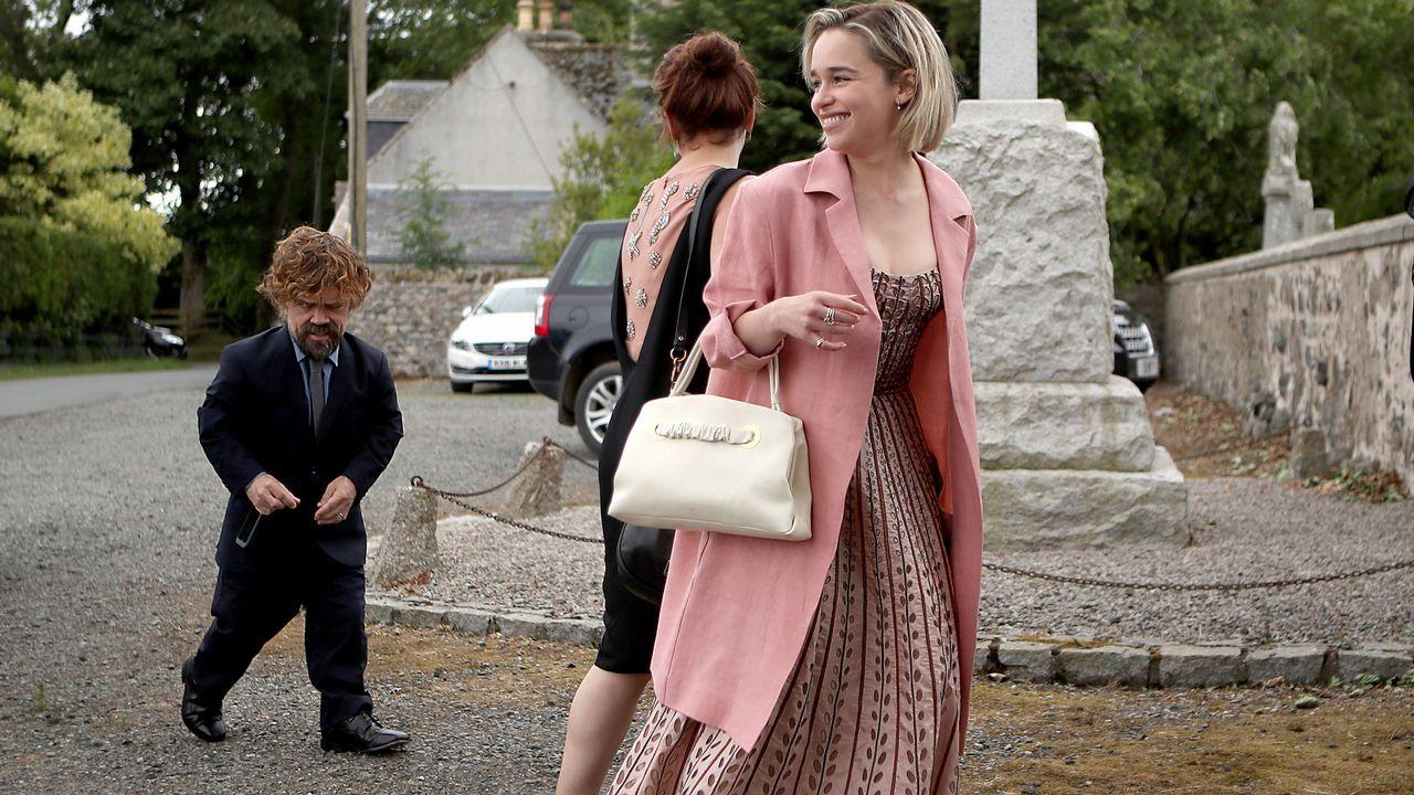 Emilia Clarke y Peter Dinklage, a su llega a la iglesia.
