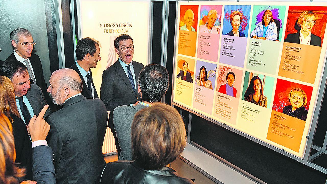 Luis Liz Marzán, a la izquierda, recibe el premio ante el ministro de Ciencia y los reyes de España.Un militante de Vox