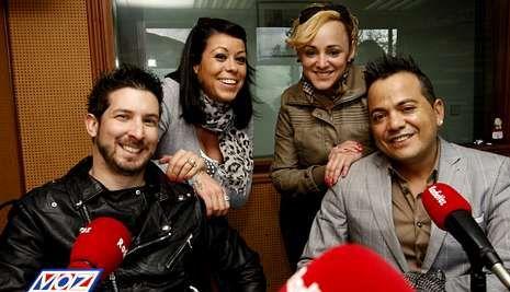 Ricardo, Rocío, Patricia e Iván, las voces de Canadá, en el estudio de Radio Voz Bergantiños.
