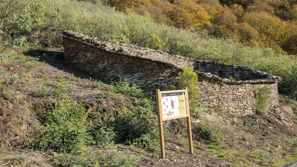 Exemplos de construcións tradicionais de pedra sen argamasa.En esta ortofotografía se indica la situación de la mina del Burato do Lobo —señalada con el número 3— y de otras dos antiguas explotaciones ubicadas en su entorno inmediato